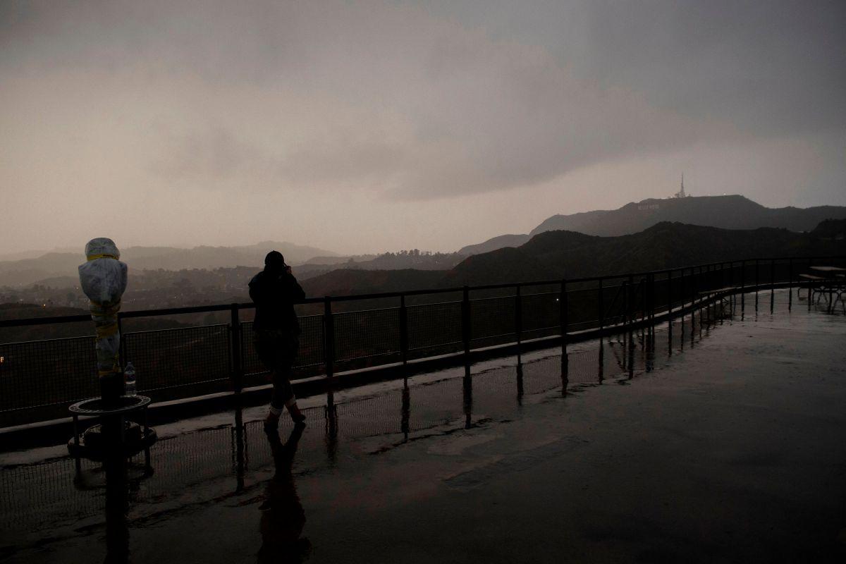 Videos: Primera tormenta de invierno provoca cierres de autopistas y rescates en el sur de California