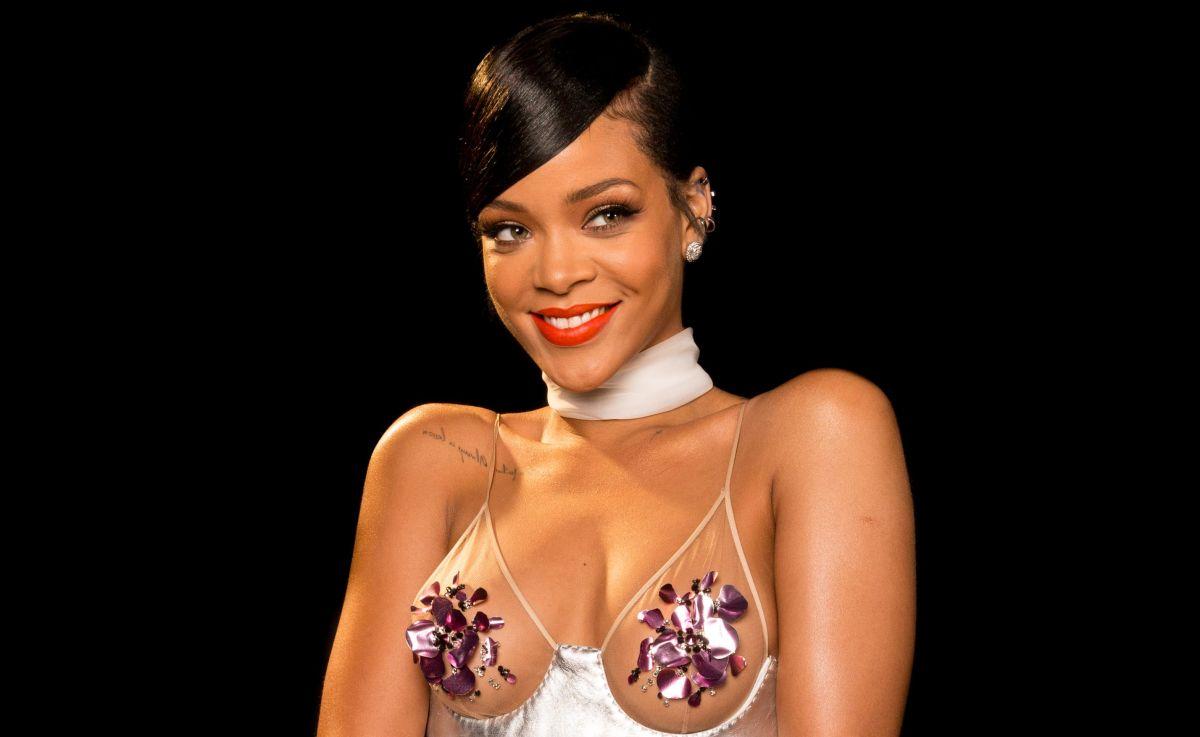 Rihanna posa junto a la piscina usando un sostén dorado