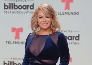 Chiquis Rivera posa muy sexy, con minivestido estampado y medias de red