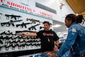 La venta de armas alcanza un récord histórico en EE.UU. en medio de más tiroteos masivos