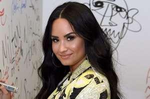 Demi Lovato muestra su nueva figura luciendo un body negro con correas