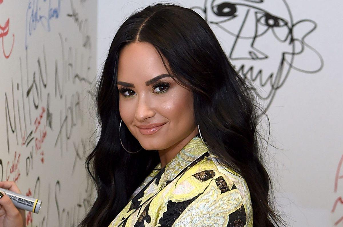 Demi Lovato presume su figura frente al espejo, usando un ajustado traje de baño negro