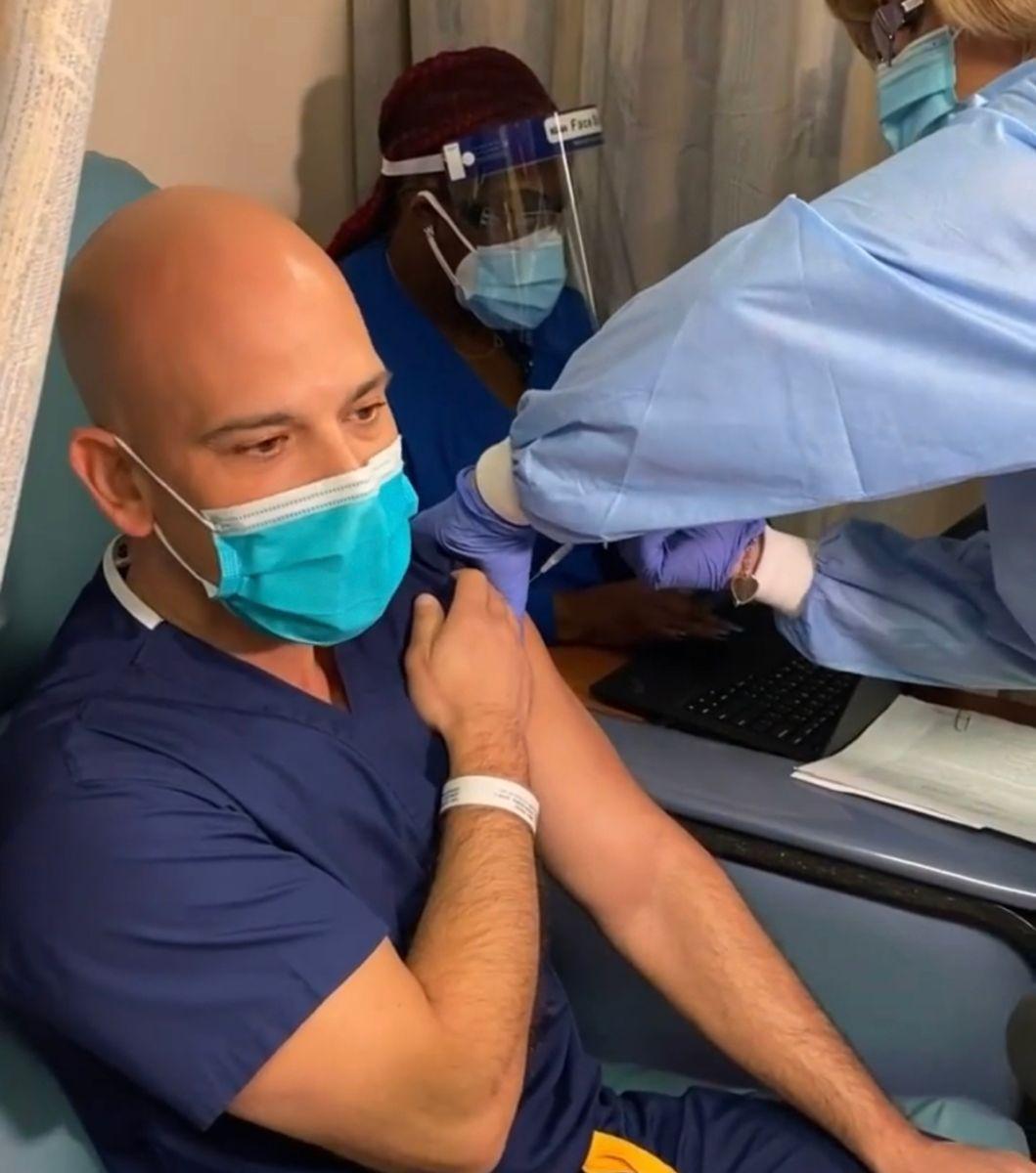 Doctor Juan Rivera se pone la vacuna contra el COVID-19.