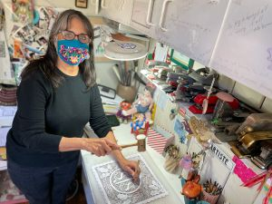 Una latina mantiene viva la tradición del papel picado en Los Ángeles