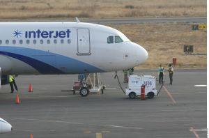 Línea aérea mexicana 'Interjet' cancela vuelos por cuarto día; pasajeros reclaman