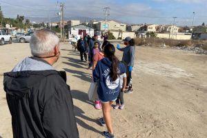 Cruzan la frontera con las manos cargadas de alimento y esperanza