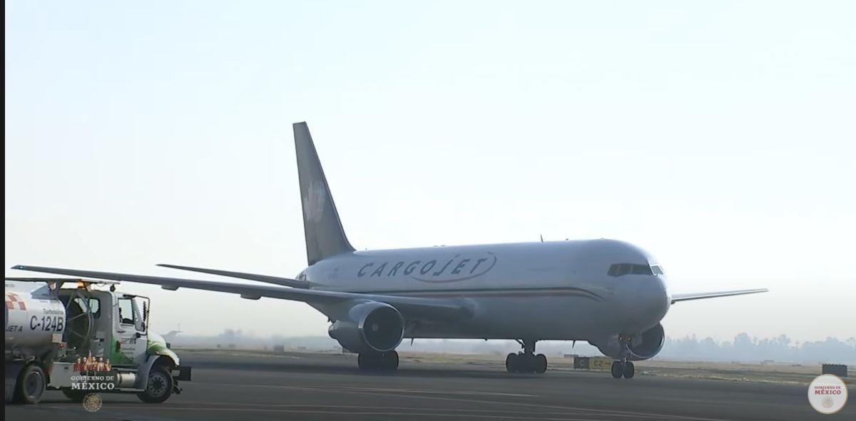 Aterriza avión con vacunas a México.