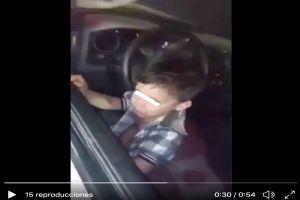 Captan a un niño de 9 años manejando un auto, la madre y su hermano bebe viajaban con él