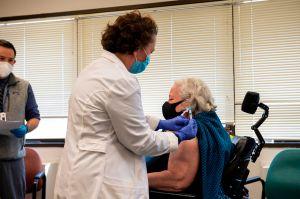 ¿Qué piensan los angelinos mayores de 65 años sobre la vacuna?