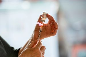 Tomará 10 años vacunar contra COVID-19 al público en EE.UU. a este paso