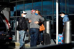 7 claves de los CDC para no exponerse al COVID-19 al celebrar Navidad en familia
