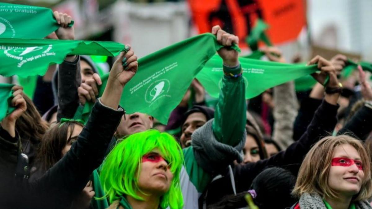 Manifestantes a favor de la despenalización del aborto en Argentina.