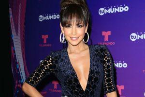 Carmen Villalobos luce su retaguardia en ceñidos pantalones de piel