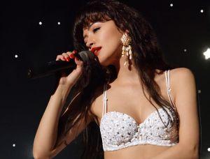 Christian Serratos le da vida a Selena en la serie de Netflix y surgen las comparaciones con Jennifer López