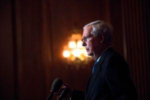 Felicitación de McConnell a Biden fuerza a republicanos a pronunciarse sobre el resultado electoral