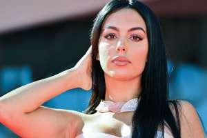 Más sensual que nunca, Georgina Rodríguez posa en la cama usando un body de encaje con transparencias