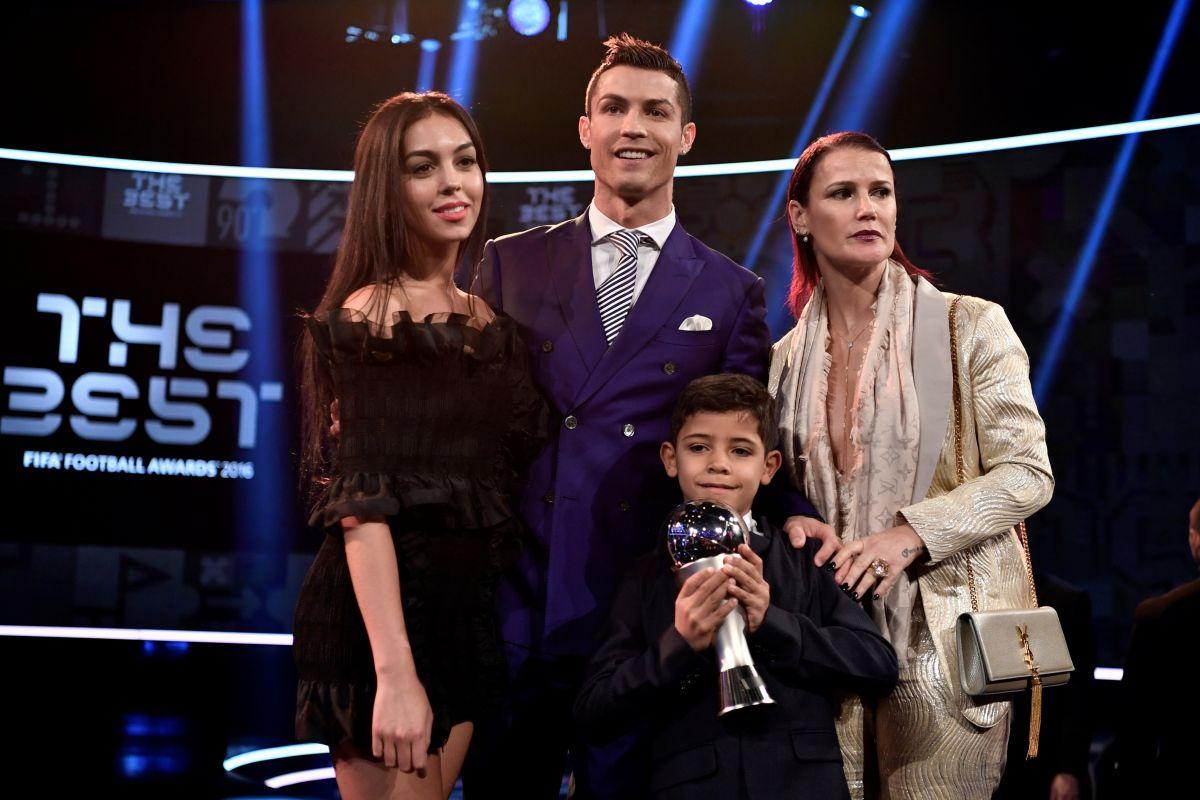 Hermana de Cristiano Ronaldo se burla de Lionel Messi con foto donde el argentino se arrodilla frente a CR7