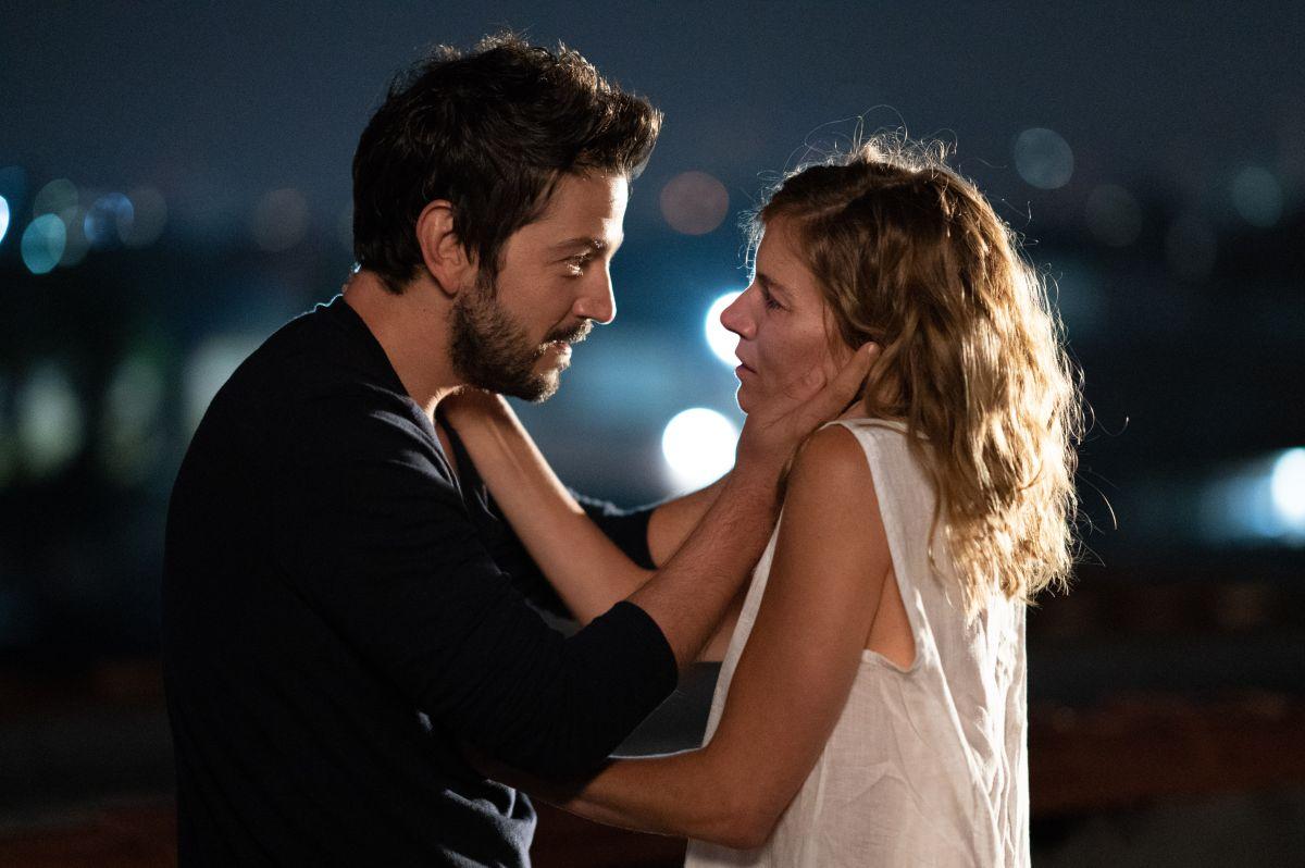 Diego Luna y Sienna Miller en una escena de Wander Darkly.