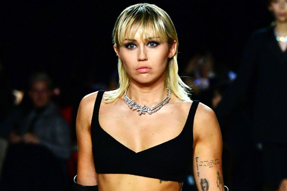 Miley Cyrus descansa en un inflable y presume su bronceado con un microbikini nude