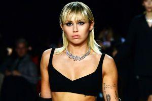 Miley Cyrus luce su cuerpo en microbikini dentro de la piscina
