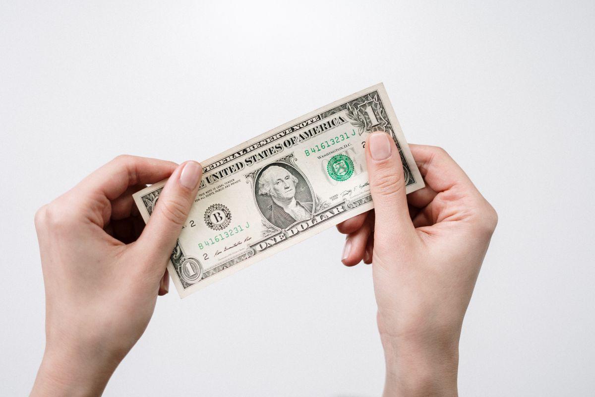 A cuánto se vende el dólar hoy en México: El peso cierra por arriba de las 20 unidades