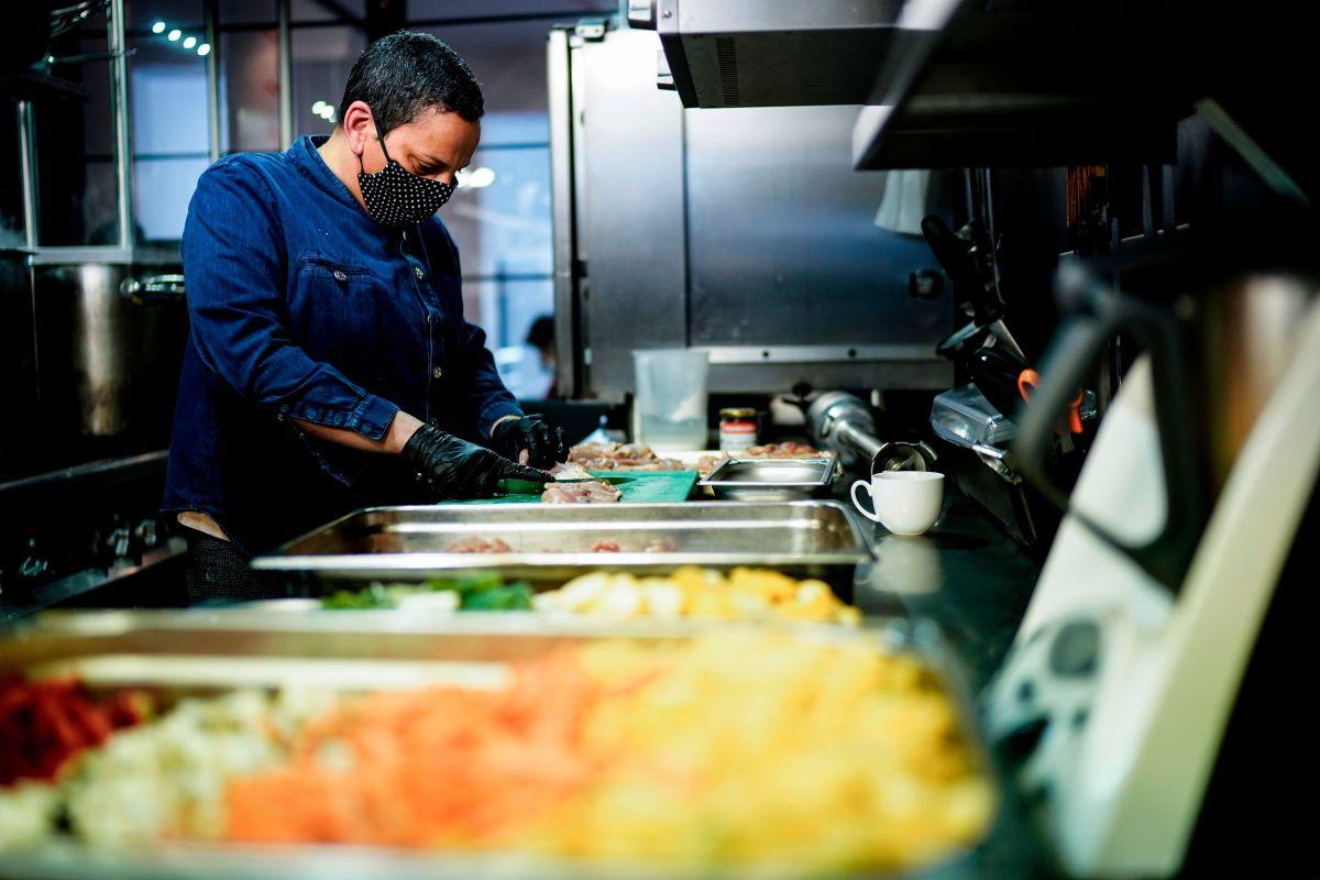 Varias leyes entran en vigor de inmediato para que los restaurantes puedan seguir operando en sus exteriores. (Getty Images)