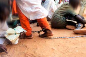 """""""Levanté la mirada y vi que tenían grilletes"""": las escuelas islámicas en las que encadenan a los niños"""