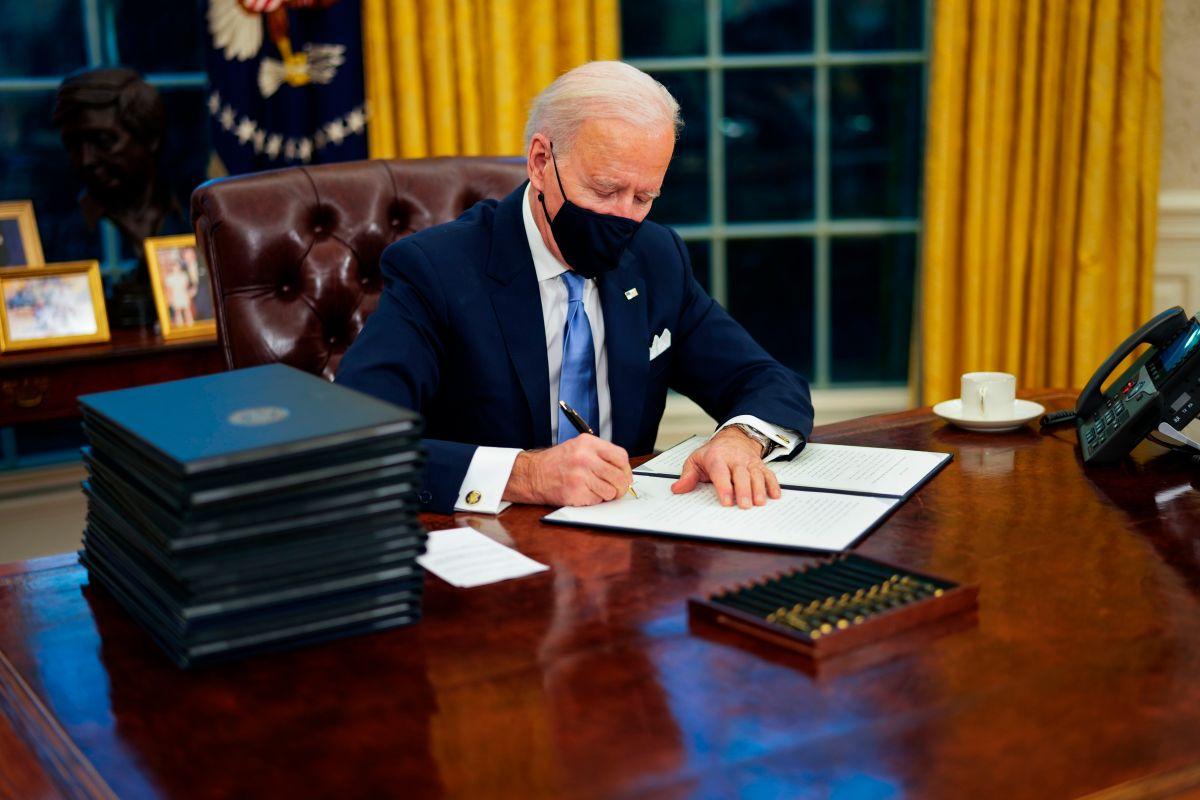 Biden revierte orden ejecutiva de Trump que criminalizaba a los 11 millones de indocumentados de EE.UU.