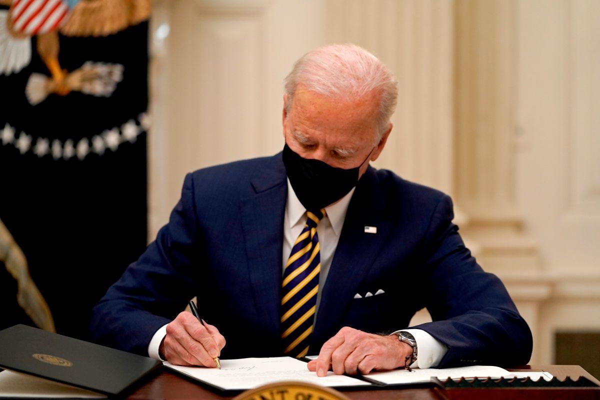 Biden firmó órdenes ejecutivas sobre cheques de estímulo, cupones de alimentos y salario mínimo