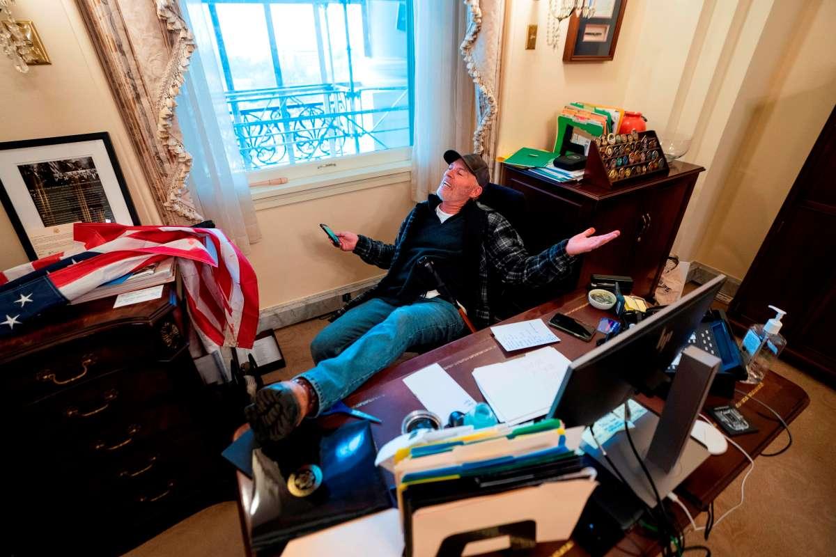 Asalto al Capitolio: Detienen al hombre que entró al despacho de Pelosi en  el Congreso | La Opinión
