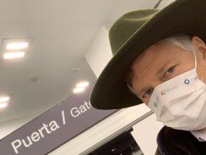 Con sombrero puesto de origen chiapaneco, Christopher Landau le dice adiós a México
