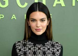 Kendall Jenner luce su bronceada retaguardia al posar en microtanga
