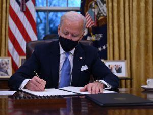 Las 10 órdenes ejecutivas de Biden contra el coronavirus priorizan a comunidades latinas y negras