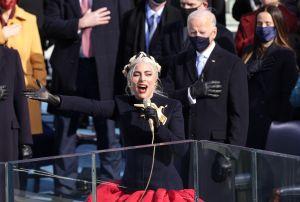 Con una paloma de la paz: Así interpretó Lady Gaga el himno nacional en la toma de posesión de Biden