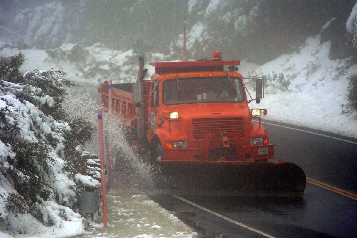 Rescatan a 11 personas que quedaron atrapadas por el hielo en una montaña de Los Angeles National Forest