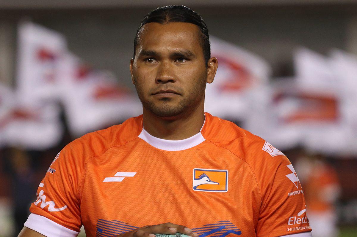 """""""Gullit"""" Peña firmó con un equipo salvadoreño y enloqueció a su afición"""