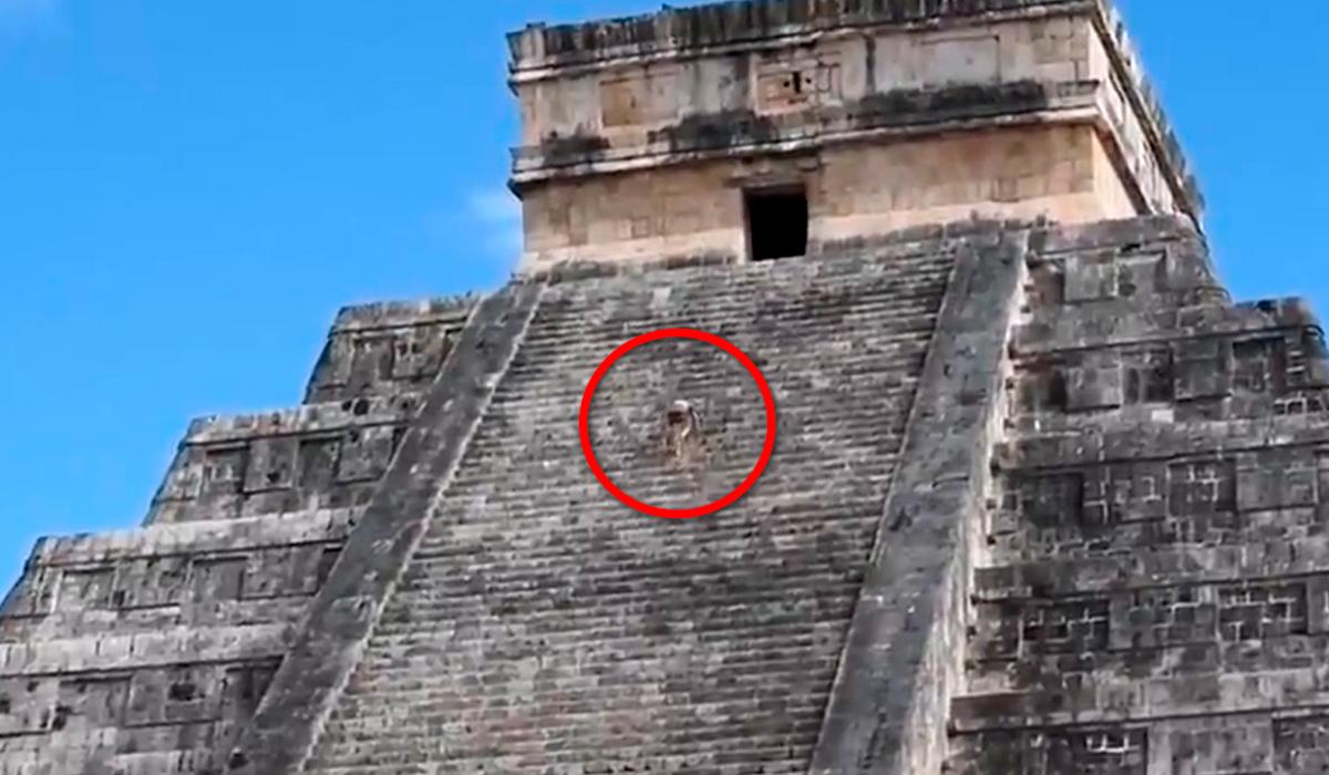 VIDEO: #LadyKukulkán, así le llaman a la mujer que subió sin permiso a la pirámide Maya de Kukulkán; autoridades mexicanas aclaran lo sucedido.