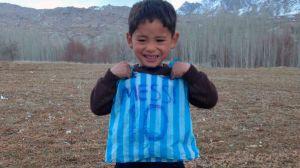 """""""Mejor hubiera conocido a Ronaldo"""": La terrible vida de un niño afgano tras conocer a Leo Messi"""