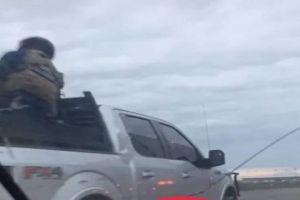 VIDEO: Tropa del infierno del Cártel del Noreste captada con poderoso armamento en la frontera