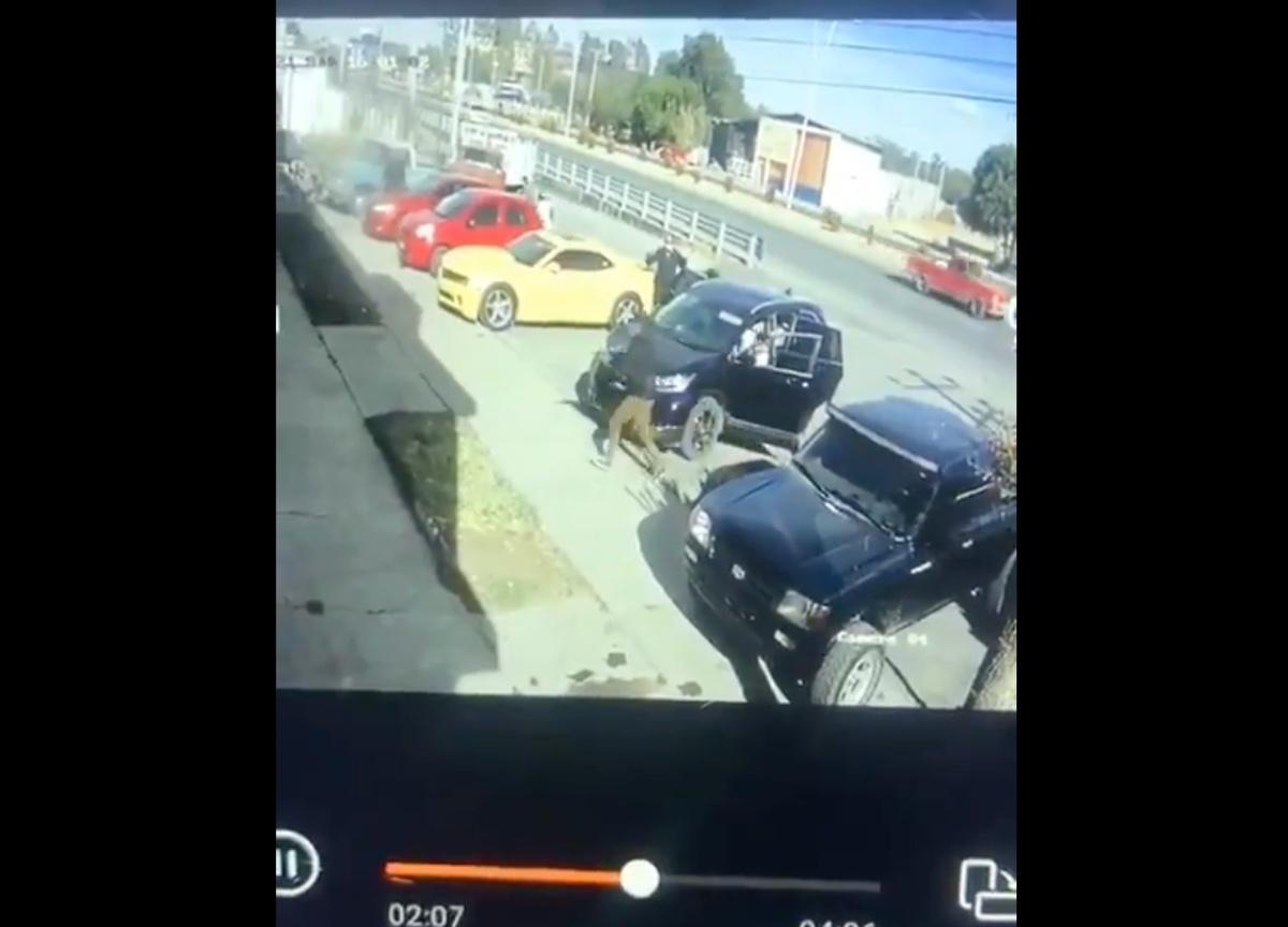VIDEO: Momento exacto en que narcos secuestran a dos agentes de la Guardia Nacional