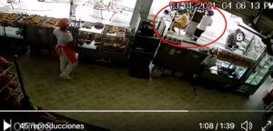 VIDEO: Sicario mata a hombre por la espalda mientras comía, aquí el momento exacto