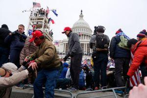 Renuncian tres veteranas del equipo de Trump tras disturbios violentos en el Capitolio