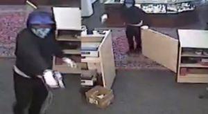 VIDEO: Cinco ladrones armados aterrorizaron a empleados de una casa de empeño en Houston