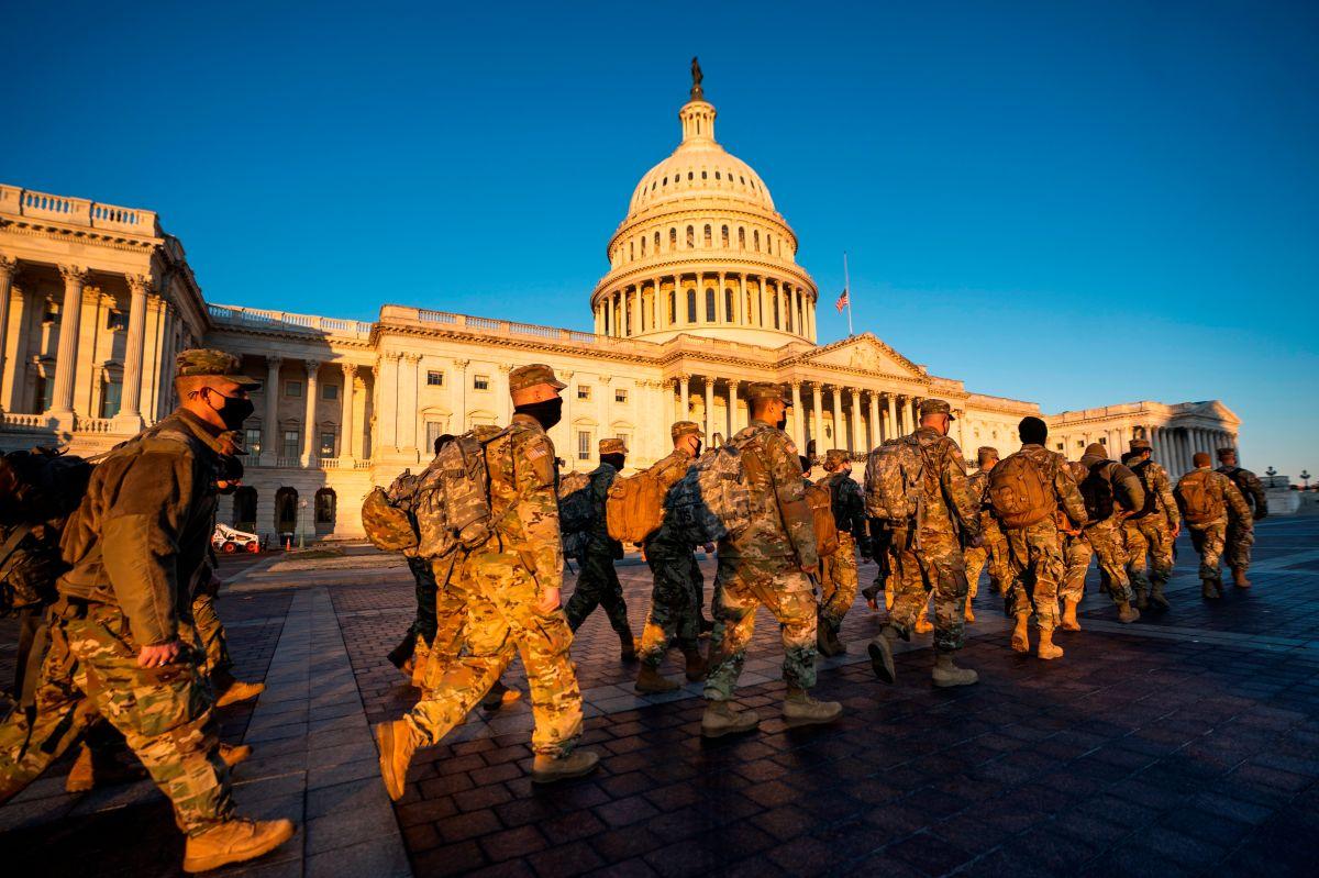 Guarda Nacional custodia el capitolio mientras da clase a los niños por Zoom