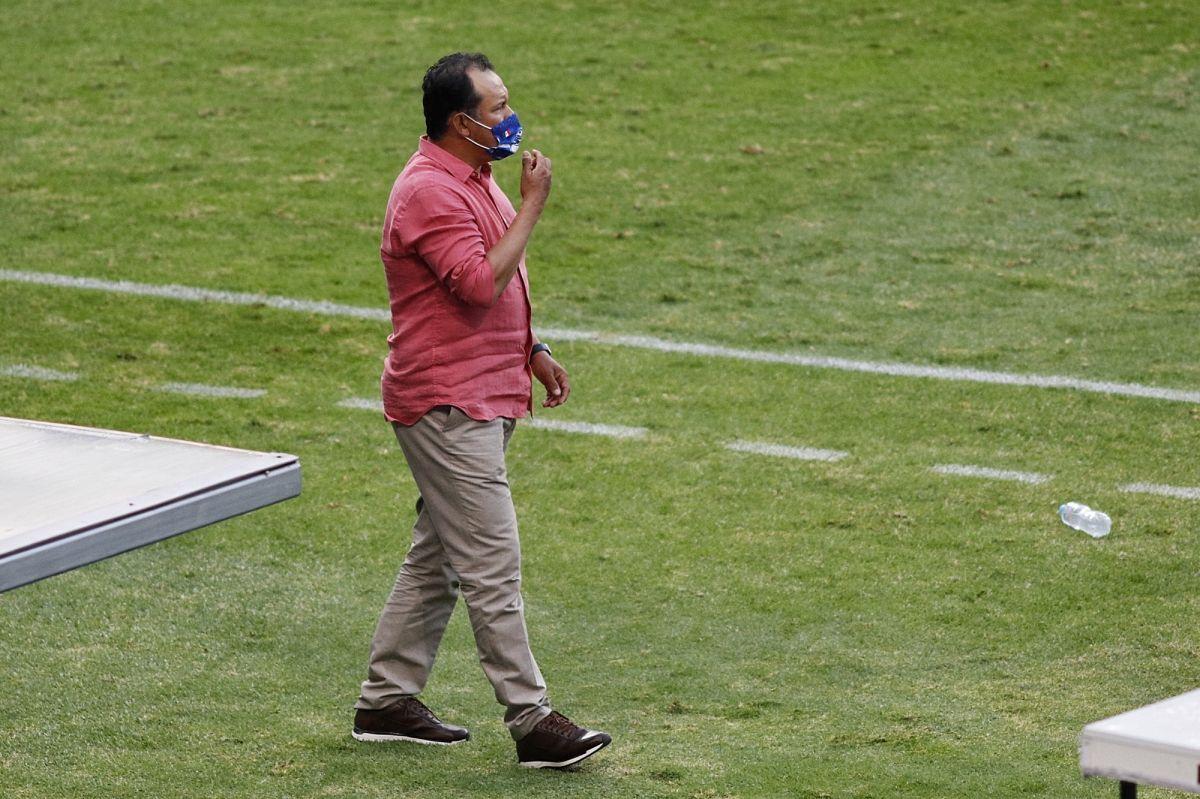 Juan Reynoso defiende a Jesús Corona y a Cata Domínguez de las críticas