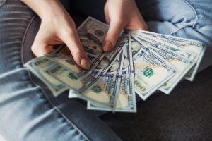La despidieron de su trabajo por el virus y gana $47 millones en la lotería gracias a un sueño de su esposo