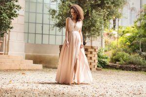 6 diseños de vestidos elegantes y cómodos que puedes usar si te invitaron a una boda