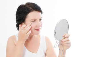 Las mejores cremas de contorno de ojos para personas de 50 años o más que desinflaman y acaban con ojeras
