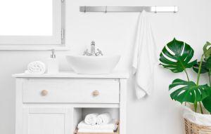 Mejora el espacio y organiza todo con estos gabinetes de baño por menos de $50