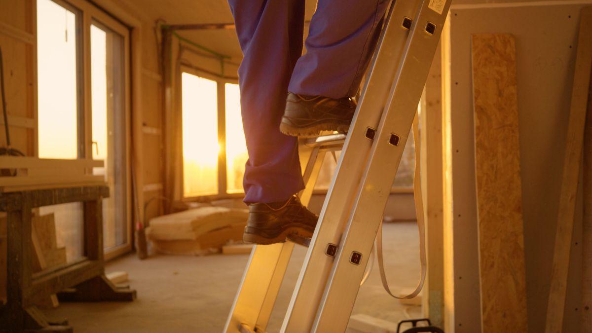 4 escaleras plegables que serán de mucha ayuda en casa